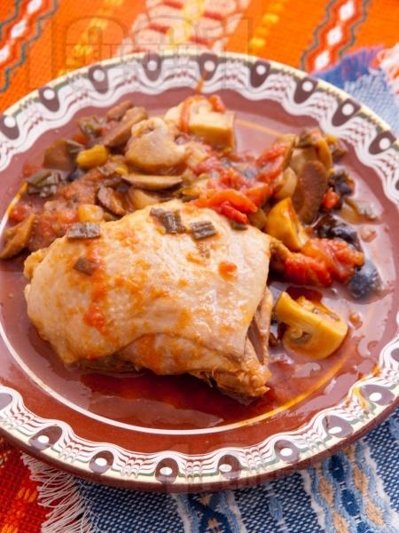 Печено пилешко месо в йенски съд (стъкло, тава) с маслини, гъби, пресен зелен лук и домати на фурна - снимка на рецептата